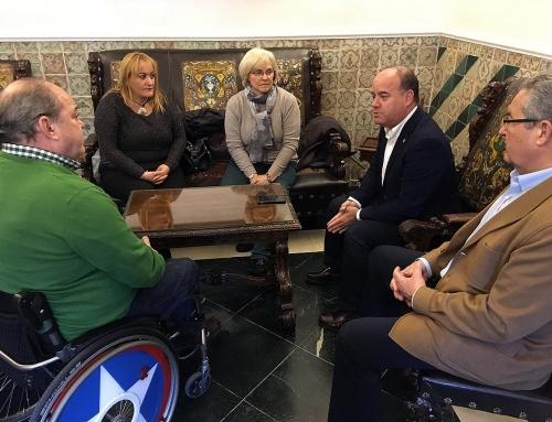 El Alcalde de Antequera se reúne con los nuevos representantes de la Asociación de Discapacitados Físicos Singilia Barba de Antequera